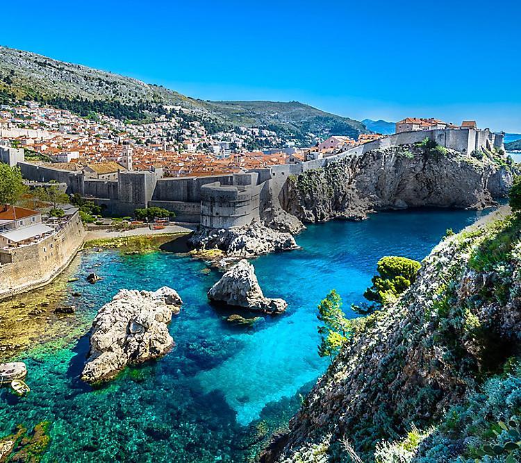 Hrvatska - Page 3 Dubrovnik-cityscape-walls-and-coastline