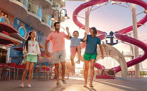 Familia divirtiéndose a bordo Symphony of the Seas crucero.